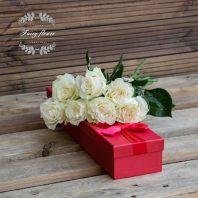 7 бели рози в кутия