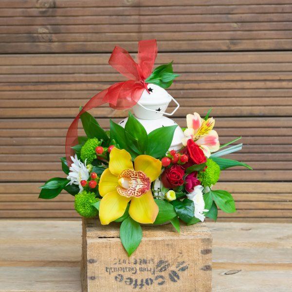 Фенер, декориран с цветя