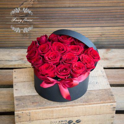 Червени рози в кутия