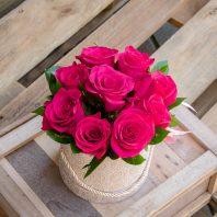 Кутия с цикламени рози