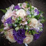 Булчински букет за сватба в лилаво